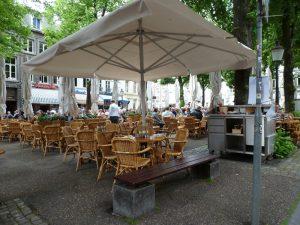 Een terrasje op het Onze-Lieve-Vrouweplein in Maastricht