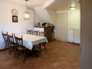 In de woning is een compleet ingerichte keuken met royale eethoek