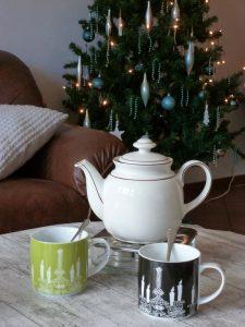 Een kopje thee onder de kerstboom