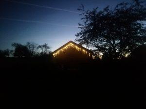 Het is buiten donker. Met lichtjes wordt het ineens prachtig.